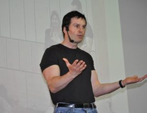 Il life coach Mario Furlan durante una lezione di coaching