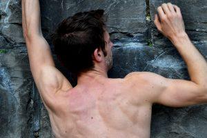 Lo scalatore non può salire con un altro sulle spalle!