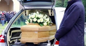 Sai a cosa pensa gran parte di chi partecipa a un funerale?