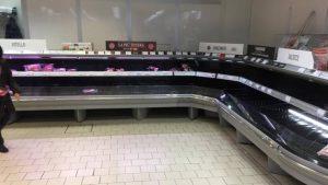 Effetto isteria da coronavirus: supermercati presi d'assalto e scaffali vuoti