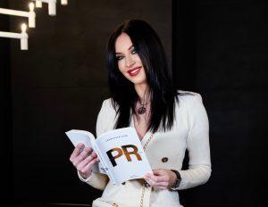 """Francesca Caon con il suo libro """"I 10 comandamenti delle PR"""""""